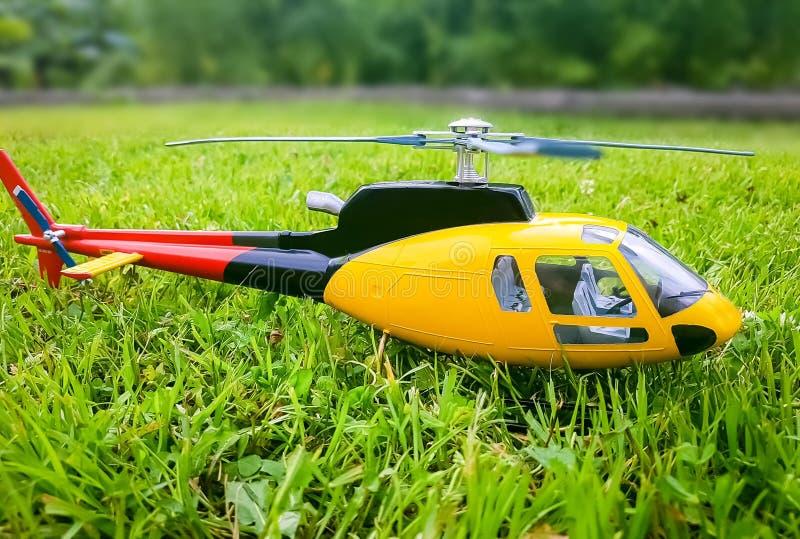 Модельный вертолет на траве стоковые фотографии rf