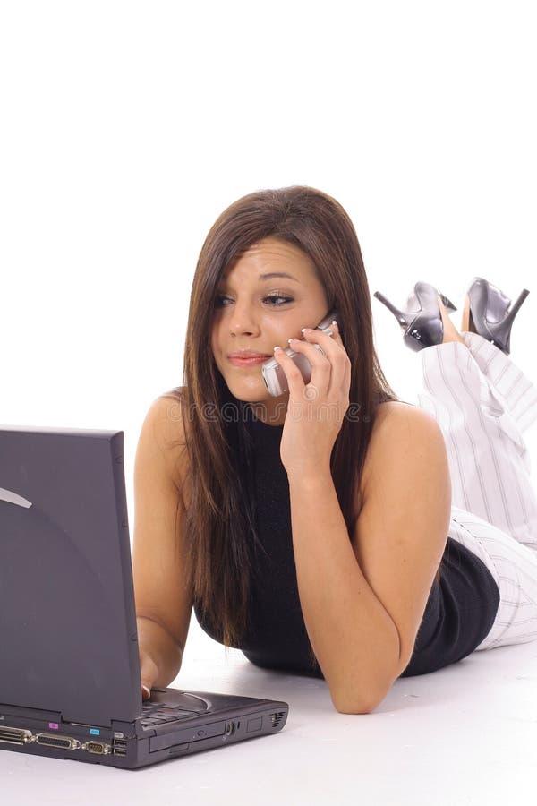 Модельный говорить на телефоне проверяя вертикаль электронной почты стоковые фото