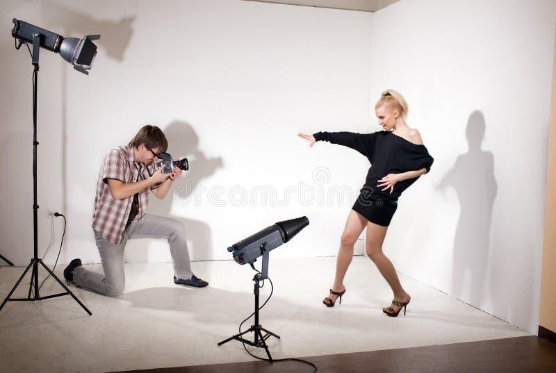 модельный фотограф фото представляет студию стоковое фото rf
