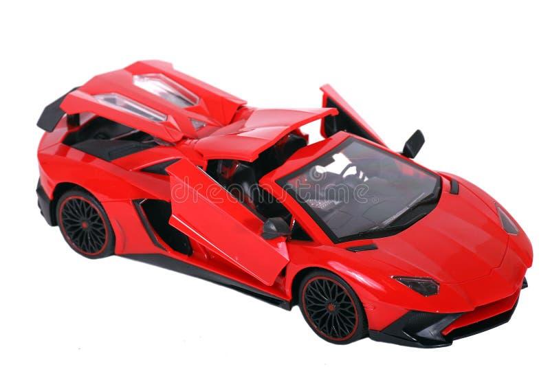 Модель гоночного автомобиля игрушки красная изолированная на белизне стоковые изображения rf