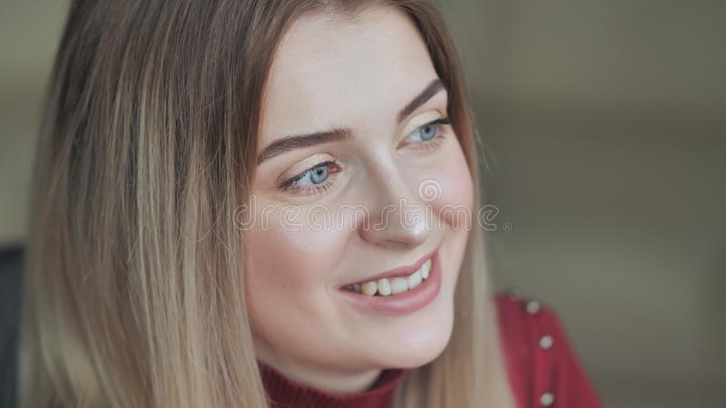 Модель девушки демонстрирует ее макияж века Белокурая девушка стоковое изображение rf