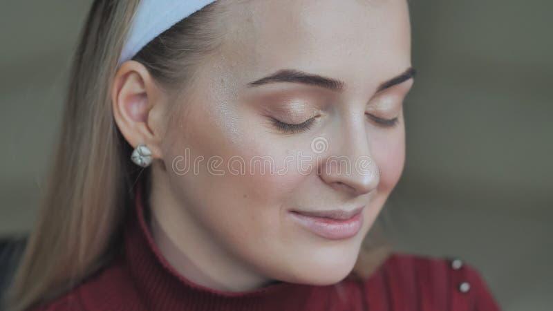 Модель девушки демонстрирует ее макияж века Белокурая девушка стоковое фото rf