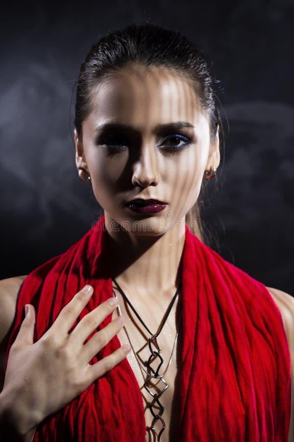 Модель девушки красивого брюнет топлесс, покрывая ее нагую грудь стоковая фотография