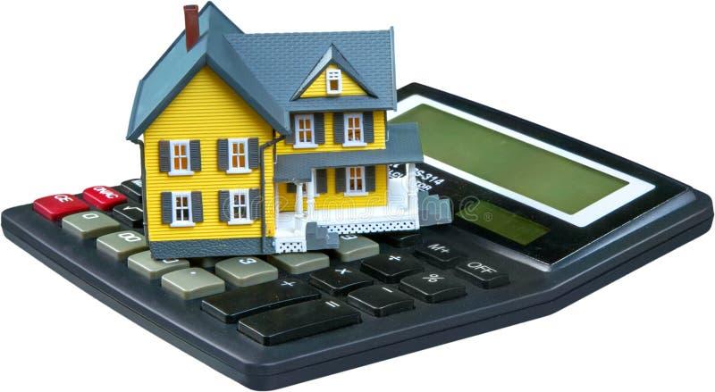 Модель дома на изолированном калькуляторе - стоковая фотография