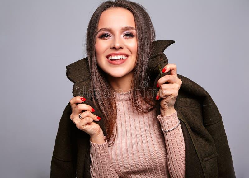 Модель женщины брюнет в стильных одеждах представляя в студии стоковое фото