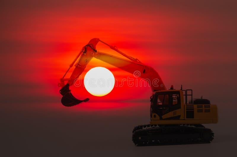 Модель затяжелителя экскаватора на полной предпосылке восхода солнца стоковое изображение