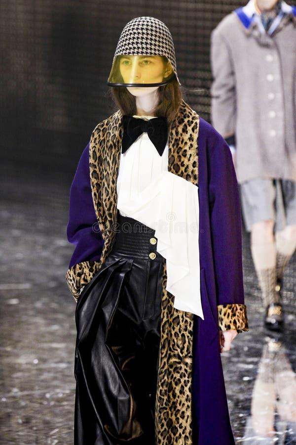 Модель идет взлетно-посадочная дорожка на шоу Gucci на осени недели моды Милана/зиме 2019/20 стоковая фотография