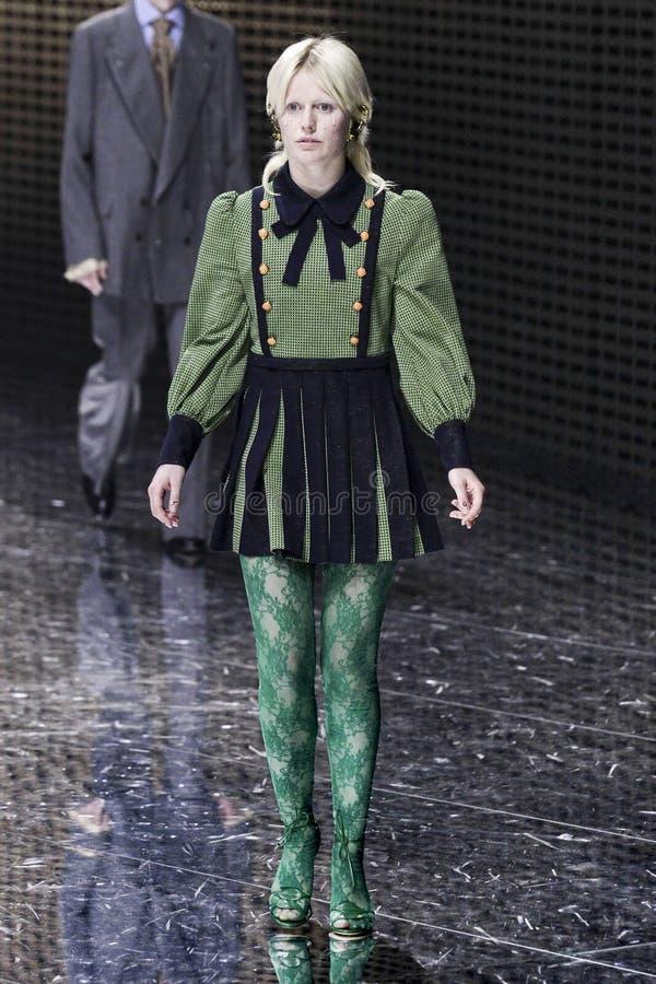 Модель идет взлетно-посадочная дорожка на шоу Gucci на осени недели моды Милана/зиме 2019/20 стоковые изображения rf