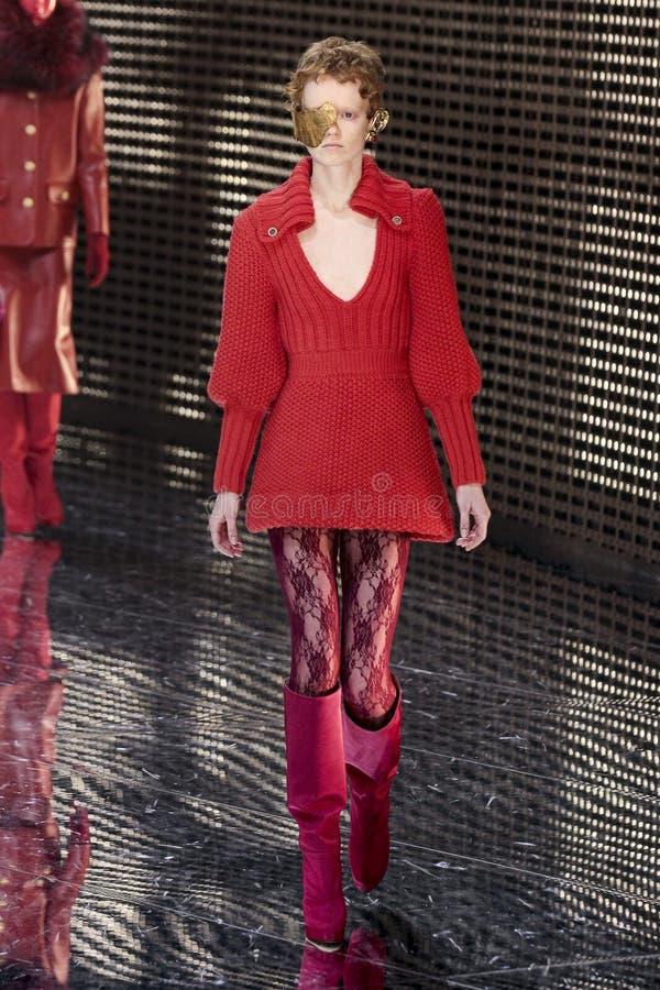 Модель идет взлетно-посадочная дорожка на шоу Gucci на осени недели моды Милана/зиме 2019/20 стоковое фото