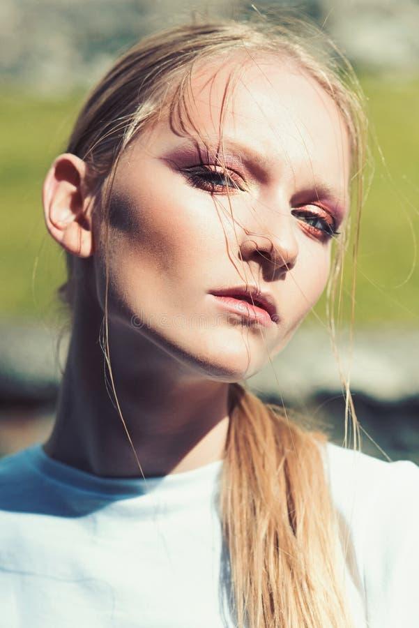 Модель красоты с взглядом очарования, выражением лица Женщина со светлыми волосами, красотой Девушка моды, тенденция, стиль Женщи стоковое изображение rf