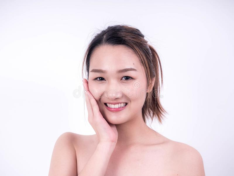 Модель красоты усмехаясь, красивая усмехаясь молодая азиатская девушка с чистым свежим касанием кожи собственная сторона, космето стоковая фотография rf