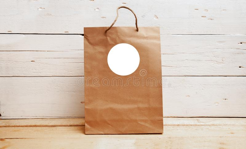 Модель-макет бирок подарка, бумажный мешок kraft, радушная бирка сумки, пустой модель-макет бирки, спасибо бирка стоковые фотографии rf