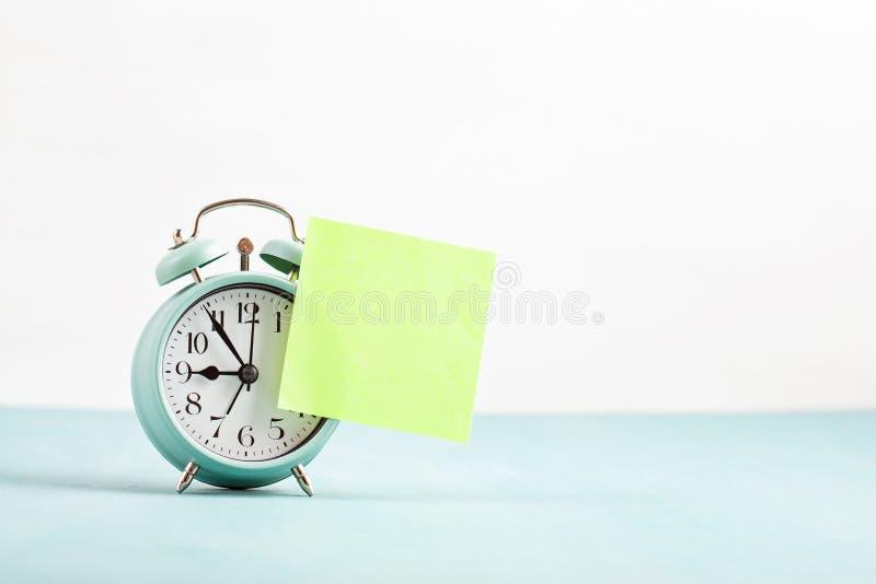 Модель-макет будильника с пустым липким примечанием стоковые фотографии rf