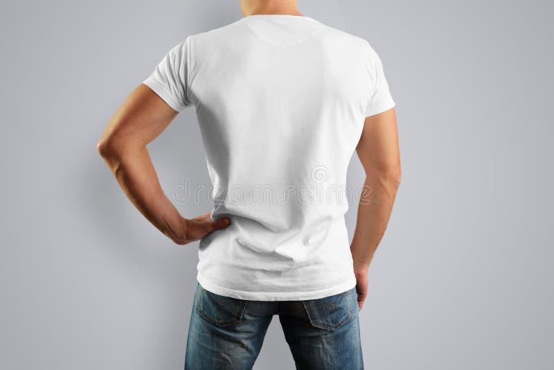 Модель-макет в белой футболке смотрит от задней части стоковые фотографии rf