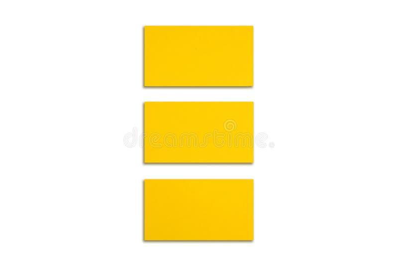 Модель-макет горизонтальных стогов визитных карточек золота аранжированных в строках на белой предпосылке стоковое фото rf