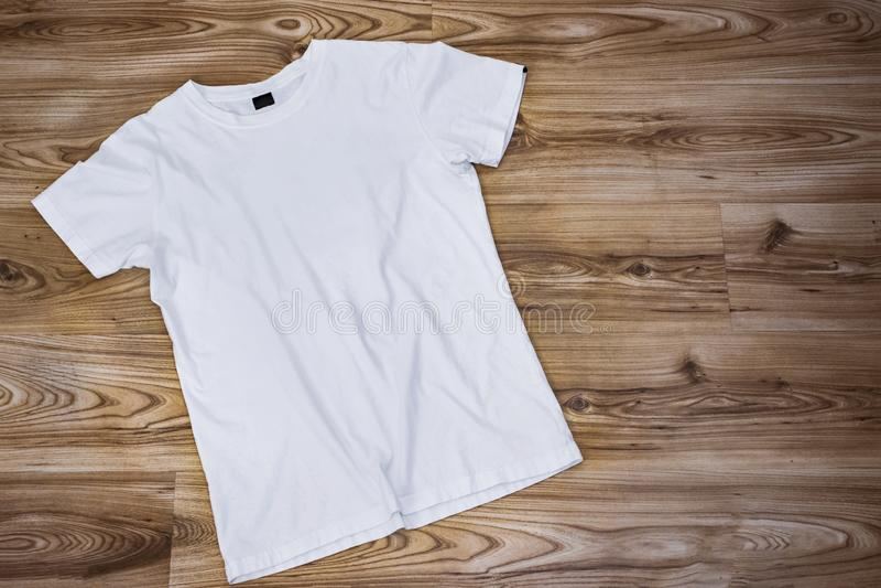 Модель-макет и шаблон футболки на деревянной предпосылке для моды и график-дизайнера стоковые фотографии rf