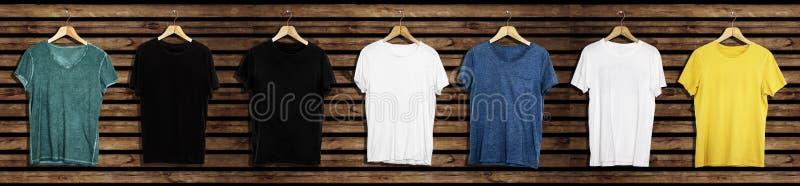 Модель-макет и шаблон футболки установленные на деревянной предпосылке для моды и график-дизайнера стоковое фото