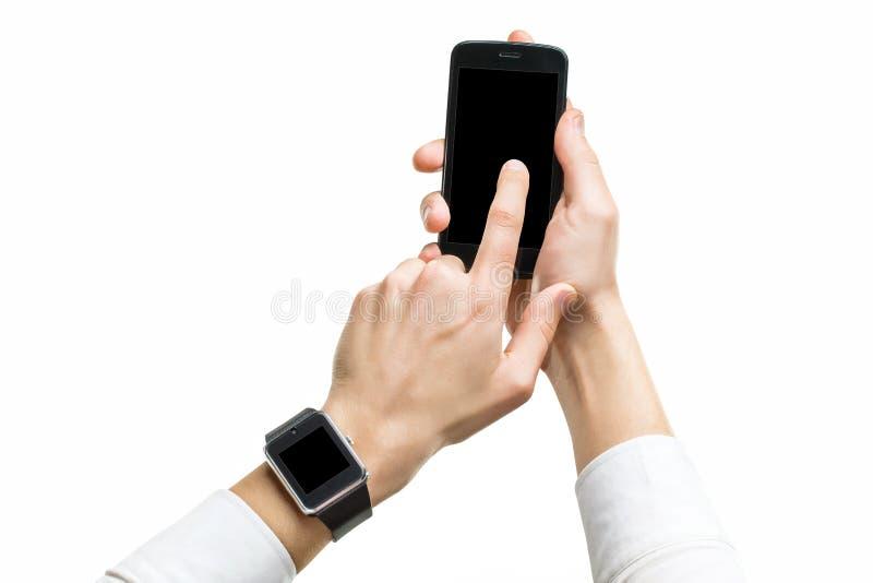 Модель-макет мужских рук с мобильным телефоном и умным вахтой с черным экраном стоковые изображения rf