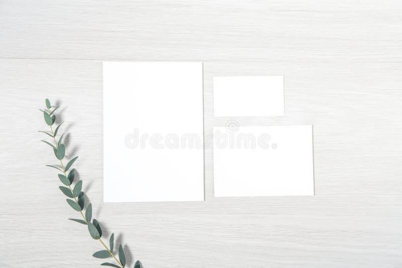 Модель-макет набора канцелярских принадлежностей свадьбы - установите пустых карт стоковое фото rf