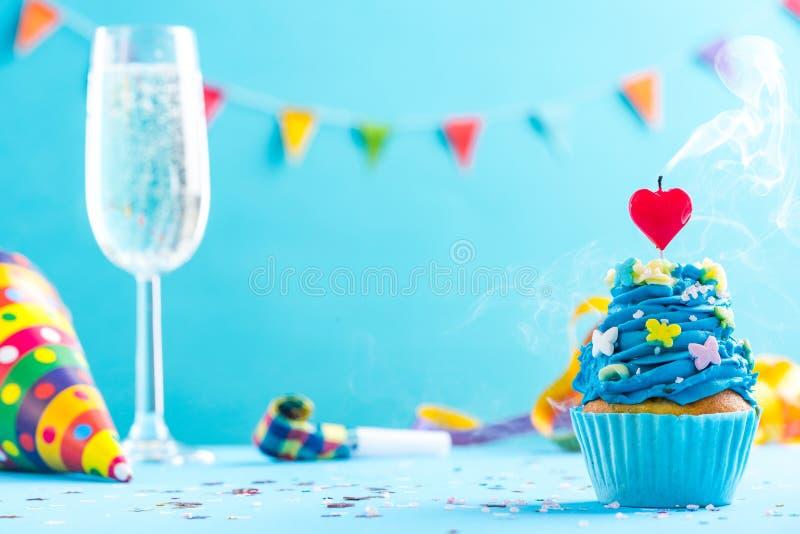 Модель-макет поздравительой открытки ко дню рождения Нового Года или с свечой крупного плана стоковое фото