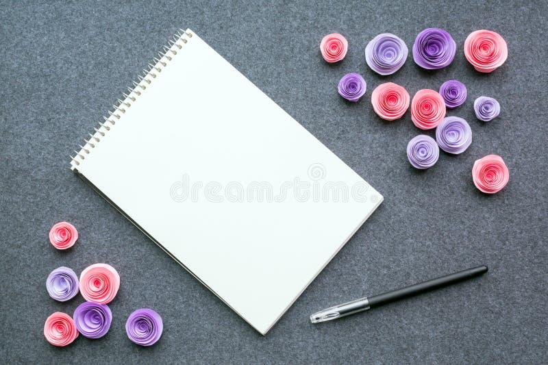 Модель-макет с белыми пустыми sketchbook или тетрадью, черной ручкой и PA стоковая фотография