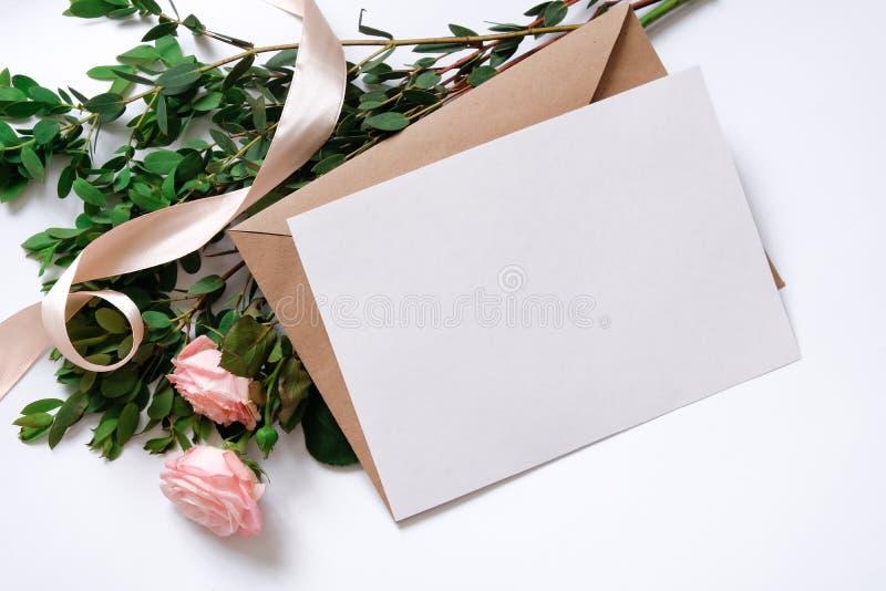 Модель-макет с открыткой, букетом цветков, конвертом kraft стоковое изображение rf