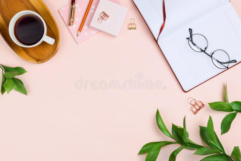 Модель-макет с чашкой кофе на деревянном подносе, раскрытой тетради, стеклах, ветвях ruscus и других аксессуарах стоковые фотографии rf