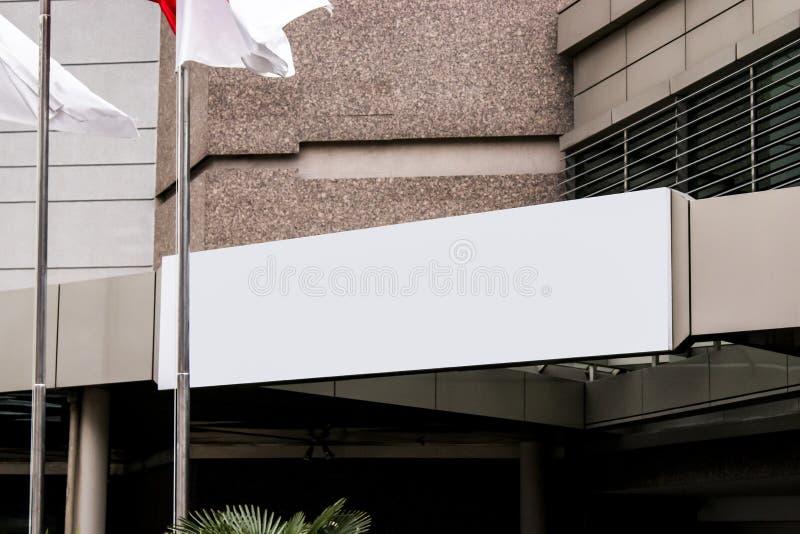 Модель-макет шильдика и рамка шаблона пустая для логотипа или текст на внешней предпосылке магазина города рекламы улицы, совреме стоковые изображения