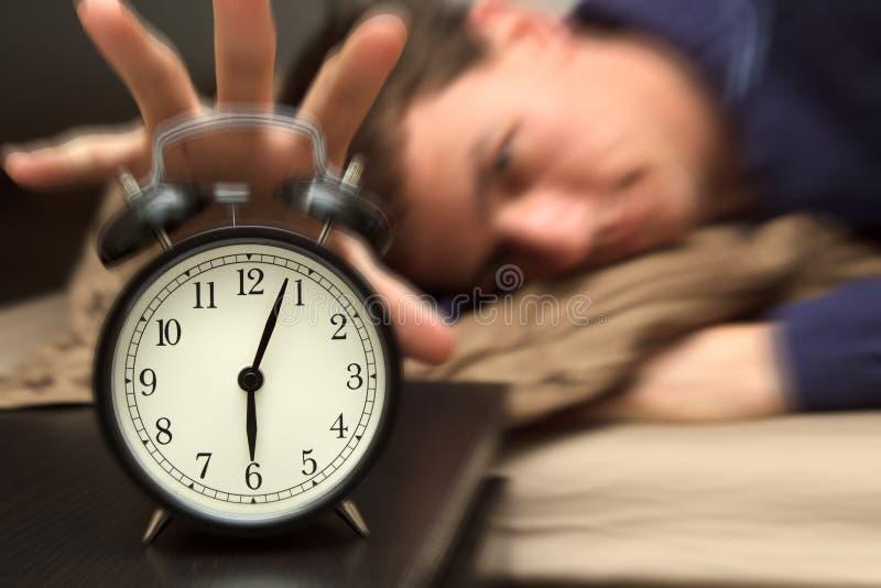 модель мужчины часов кровати предпосылки сигнала тревоги стоковое изображение rf