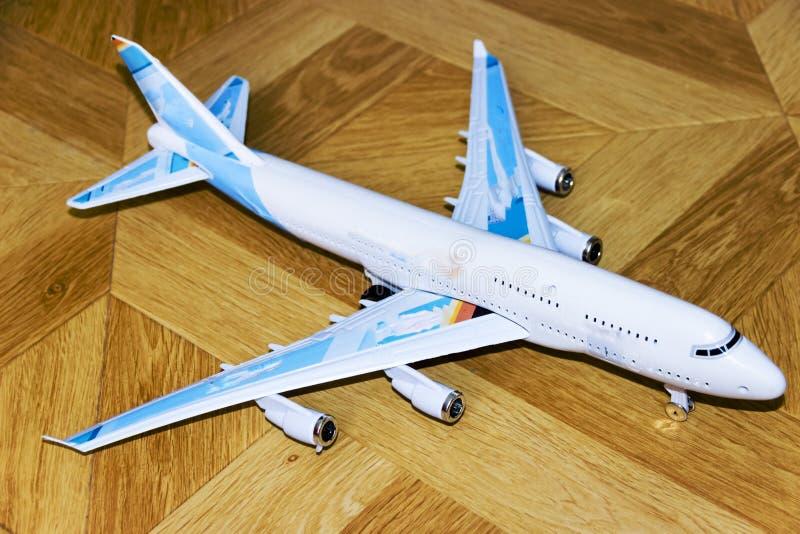 модель пассажирского самолета на деревянной предпосылке стоковая фотография rf