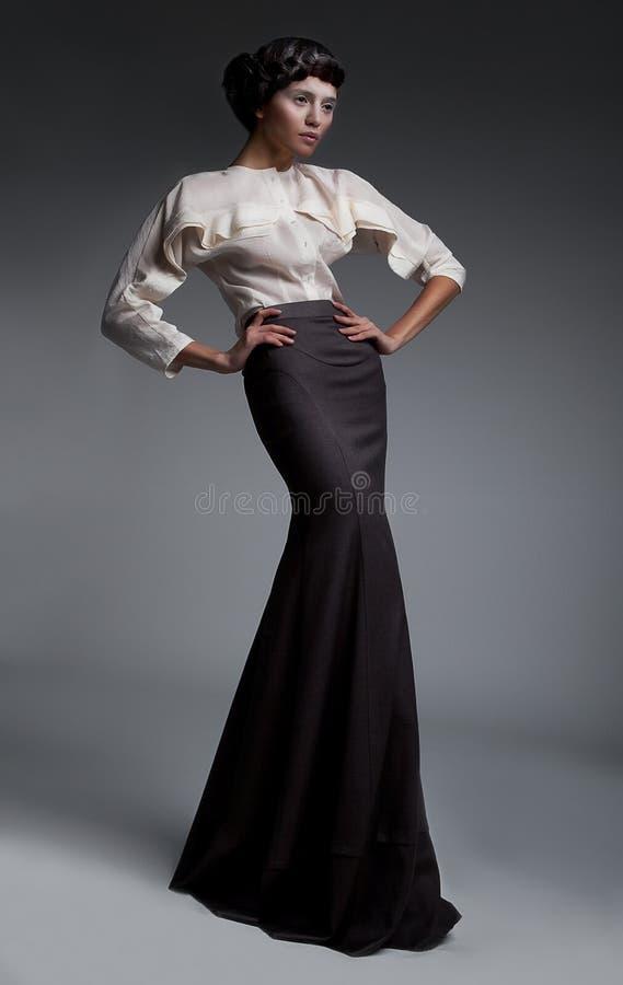 модель привлекательного способа платья брюнет длинняя стоковое фото rf