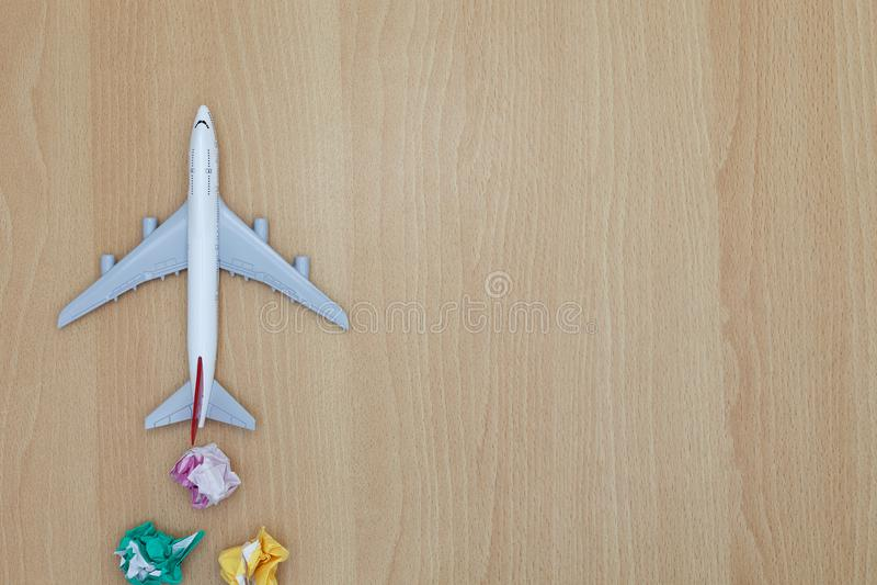 Модель самолета с бумажным шариком вместо облаков на деревянном backgro стоковые фото