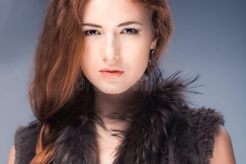 Модель с красными волосами стоковые изображения rf