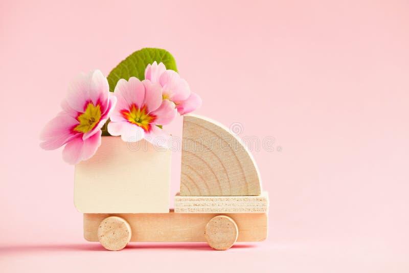 Модель тележки груза мини игрушки деревянная с красивыми свежими цветками весны стоковое фото rf
