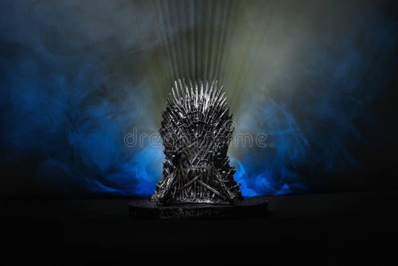 Модель трона как в игре трона на яркой голубой предпосылке дыма стоковые фотографии rf