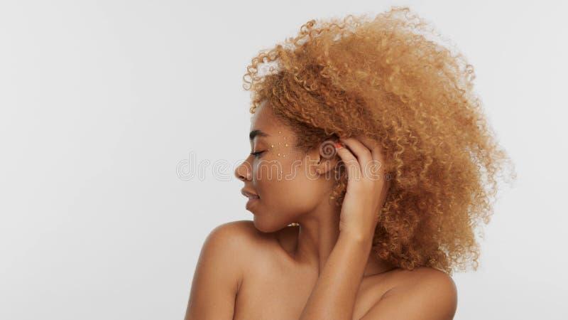 Модель черноты смешанной гонки белокурая с вьющиеся волосы стоковая фотография rf