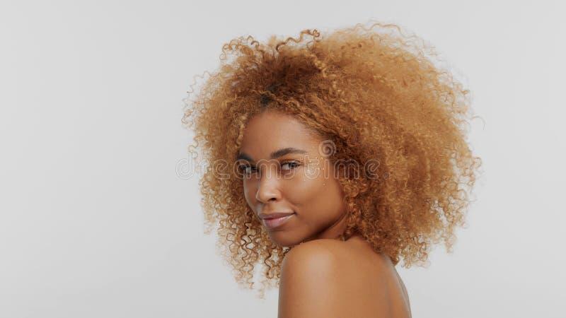 Модель черноты смешанной гонки белокурая с вьющиеся волосы стоковое изображение rf