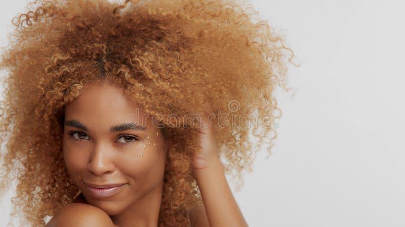 Модель черноты смешанной гонки белокурая с вьющиеся волосы стоковые фотографии rf