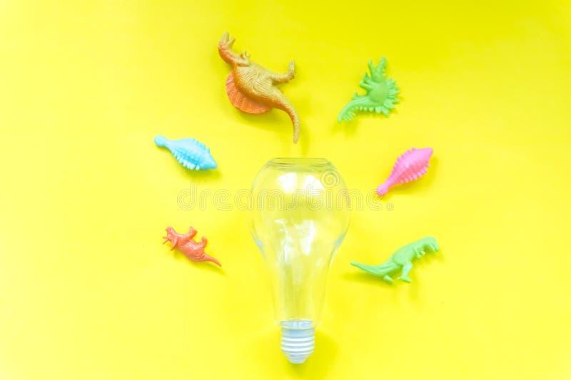 Модель электрической лампочки и динозавра идея концепции старого поколения стоковое изображение