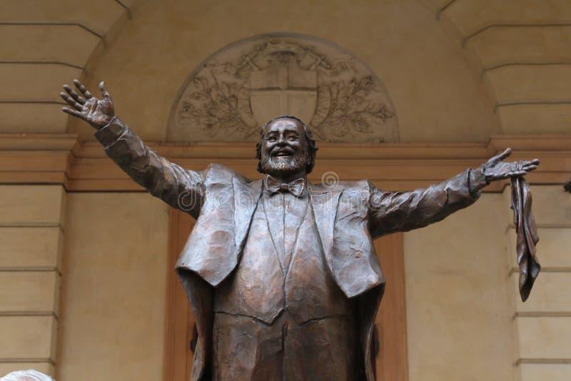 МОДЕНА, ИТАЛИЯ, октябрь 2017 - инаугурация памятника к Luciano Pavarotti стоковые фотографии rf