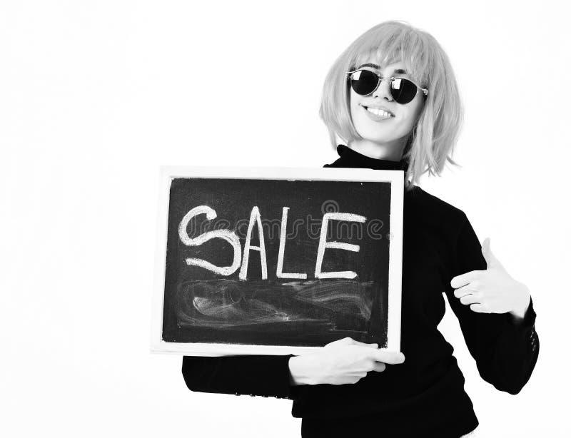 Модная девушка в доске удерживания парика с надписью продажи стоковое фото