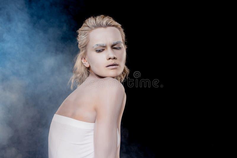 модная девушка с белым макияжем стоковые изображения