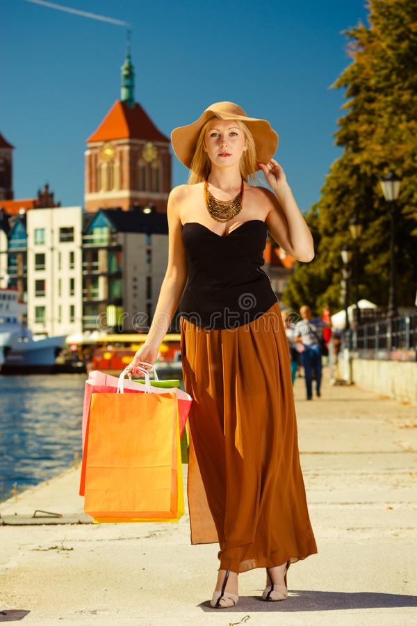 Модная женщина идя с хозяйственными сумками стоковые изображения