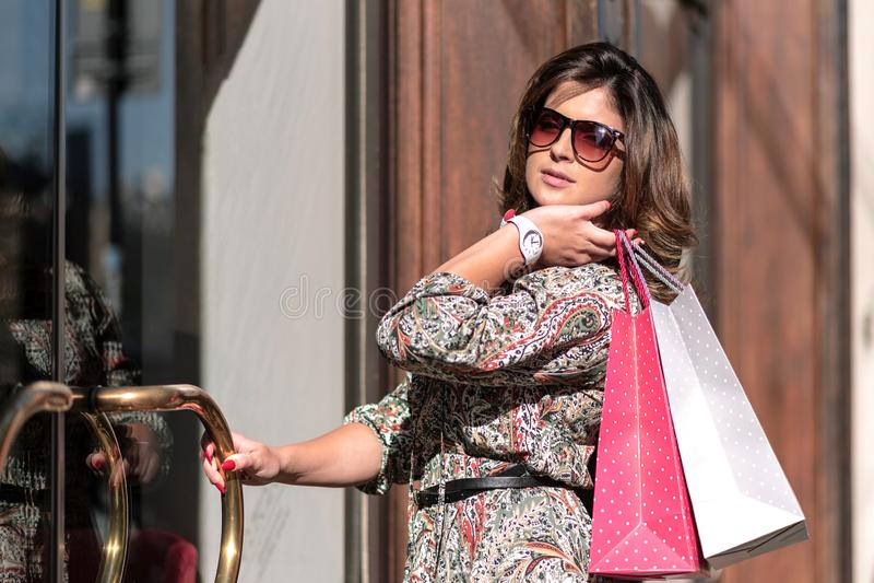 Модная женщина на покупках стоковые фото