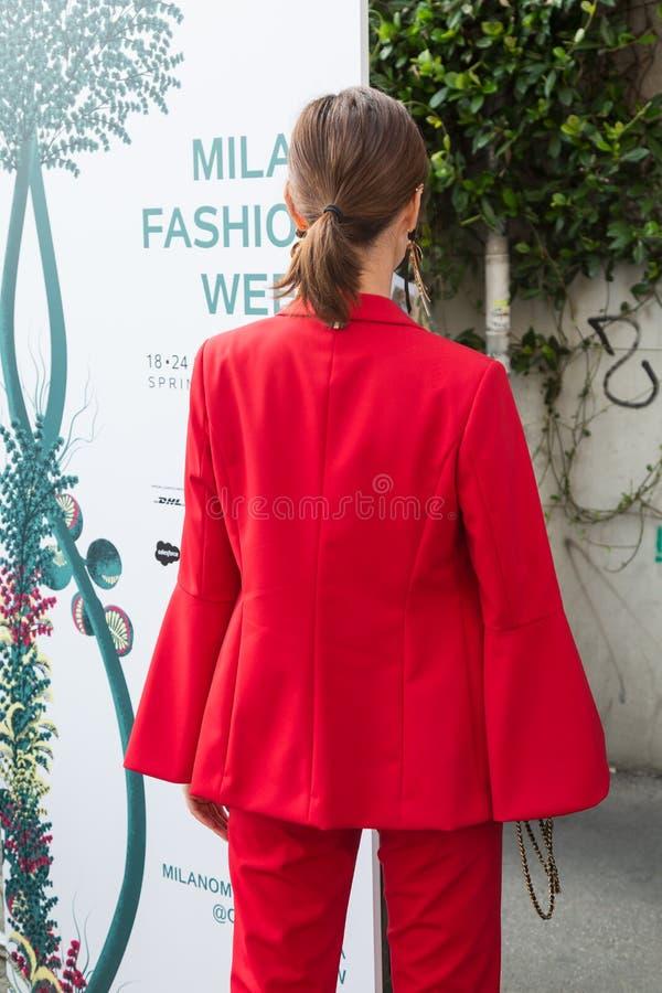 Модная женщина представляя во время недели моды ` s женщин милана стоковая фотография