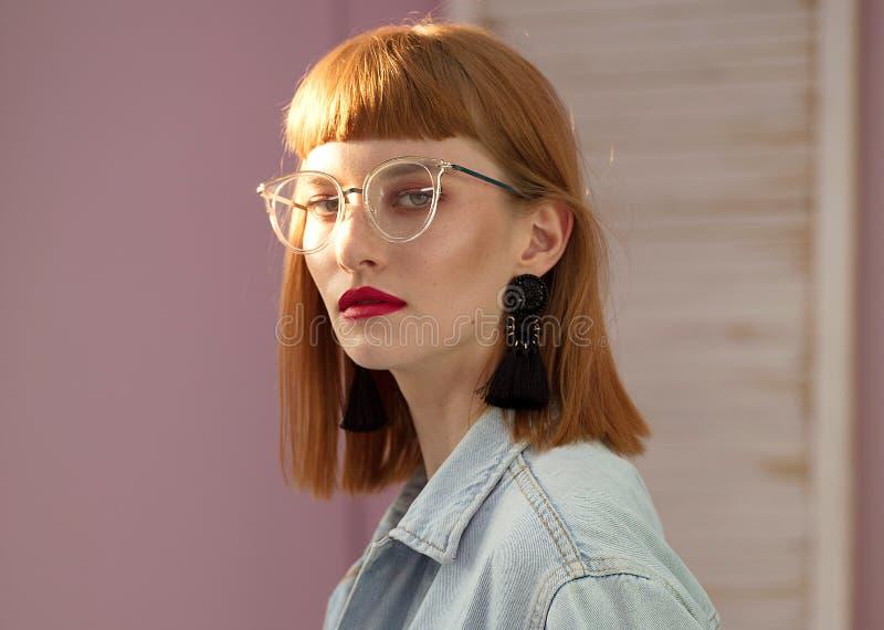 Модная женщина redhead представляя в студии стоковые фотографии rf