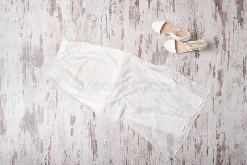 модная концепция Женский шкаф лета Белая нежная юбка стоковая фотография rf