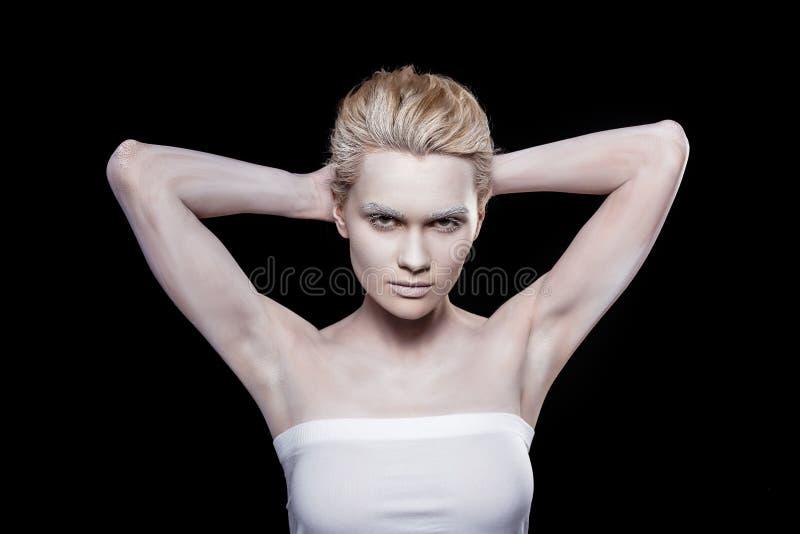 модная молодая женщина представляя с белым макияжем стоковые фотографии rf