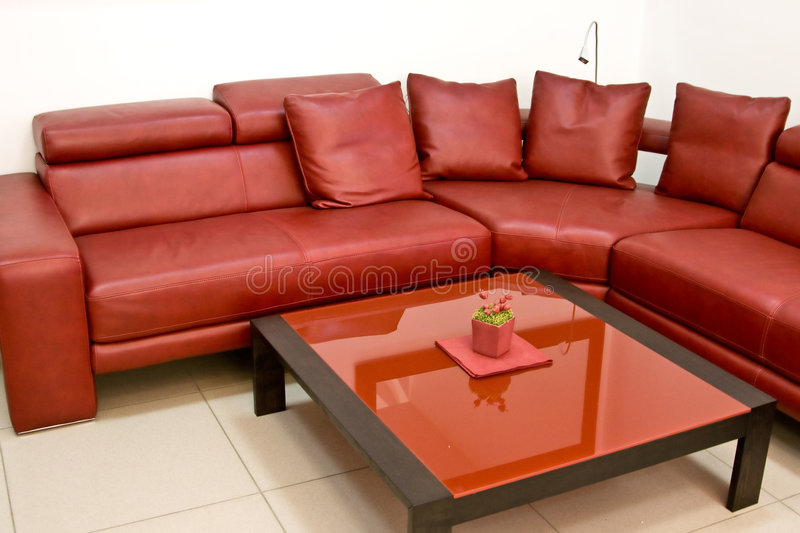 модная нутряная кожаная самомоднейшая красная софа стоковое изображение rf