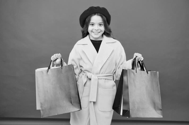 Модник обожает ходить по магазинам t Получите главный шкаф освежите с продажами весны в магазинах o стоковая фотография
